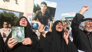 أرشيف - عراقيات يحملن صور أقاربهن الذي يعتقد أنهم قتلوا في مذبحة سبايكر للمطالبة بعمل من جانب الحكومة، 27 أبريل / نيسان 2015