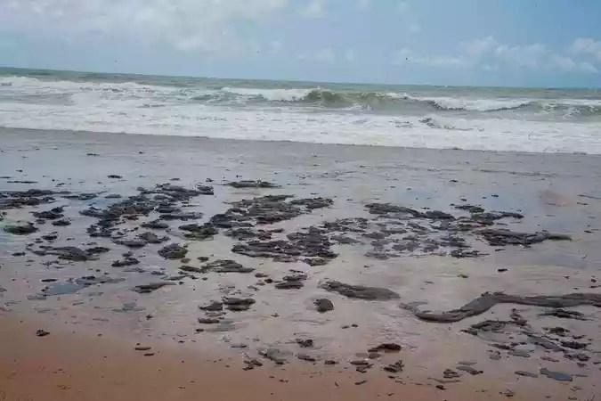 As manchas de óleo que começaram a ser avistadas em alto-mar no final de agosto e atingiram o litoral sergipano no dia 24 de setembro(foto: Adema/Governo de Sergipe)