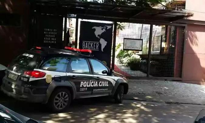 Viaturas da Polícia Civil chegaram à fábrica da Backer nesta manhã (foto: Polícia Civil/Divulgação)