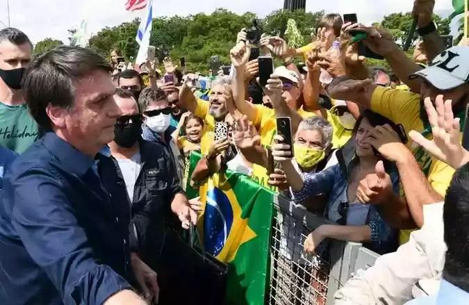 Sem máscara, Bolsonaro era presença constante nas manifestações pró-governo na Esplanada (foto: Evaristo Sá/AFP)