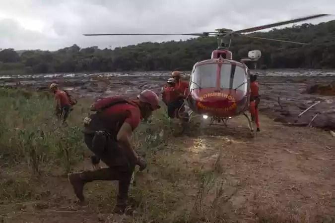 Bombeiros buscam os desaparecidos na região de Brumadinho (MG)(foto: Mauro Pimentel/AFP)