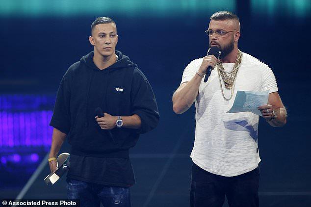 Los raperos alemanes Kollegah y Farid Bang reciben el premio 'Hip-Hop / Urban National' durante la ceremonia de los Premios Echo Music 2018 en Berlín