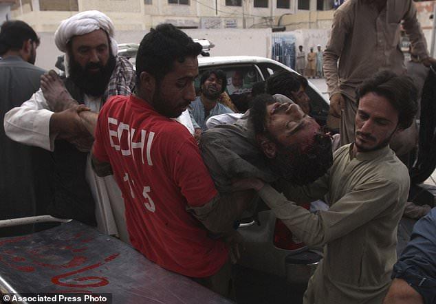 Des volontaires pakistanais transportent les blessés vers un hôpital à Quetta, au Pakistan, vendredi 13 juillet 2018. Soulignant la menace à la sécurité, deux bombes ont explosé vendredi en tuant de nombreuses personnes lors des dernières violences liées aux élections pour frapper le Pakistan. La première bombe qui a tué quatre personnes a explosé dans le nord-ouest du Pakistan près du rassemblement électoral d'un haut responsable politique d'un parti islamiste qui se présente au parlement de la ville de Bannu, au nord-ouest du pays. (Photo AP / Arshad Butt)