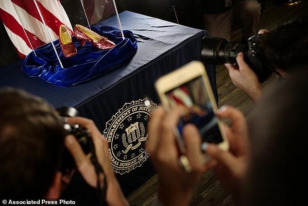 Minn. Les autorités ont annoncé que les pantoufles, volées en 2005 au Judy Garland Museum de Grand Rapids, ont été retrouvées lors d'une opération d'infiltration.