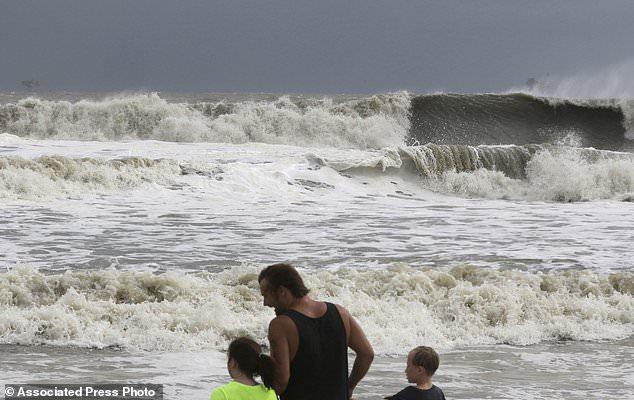 Laura Cunningham, 10, links, Hunter Shows, Mitte, und Brandon Perry, 10, rechts, beobachten die Wellen von Tropical Storm Gordon am Dienstag, 4. September 2018 in Dauphin Island, Ala. (AP Foto / Dan Anderson)