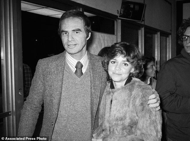 FILE - Dans cette photo d'archives du 23 décembre 1978, Burt Reynolds et Sally Field assistent à la pièce hors Broadway