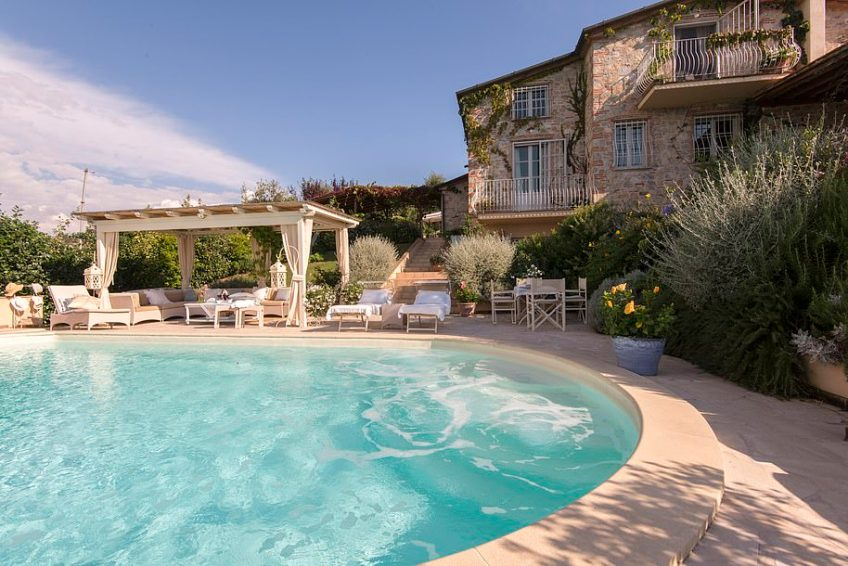 This gorgeous villa is situated in a panoramic location on the hills near the coast between Viareggio and Forte dei Marmi. And as this picture shows, it has a rather lovely swimming pool