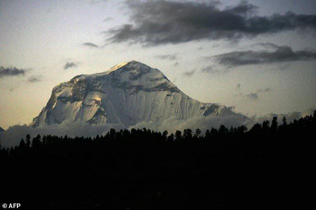 Le mont Gurja se trouve à côté de la chaîne du Dhaulagiri, propice aux avalanches