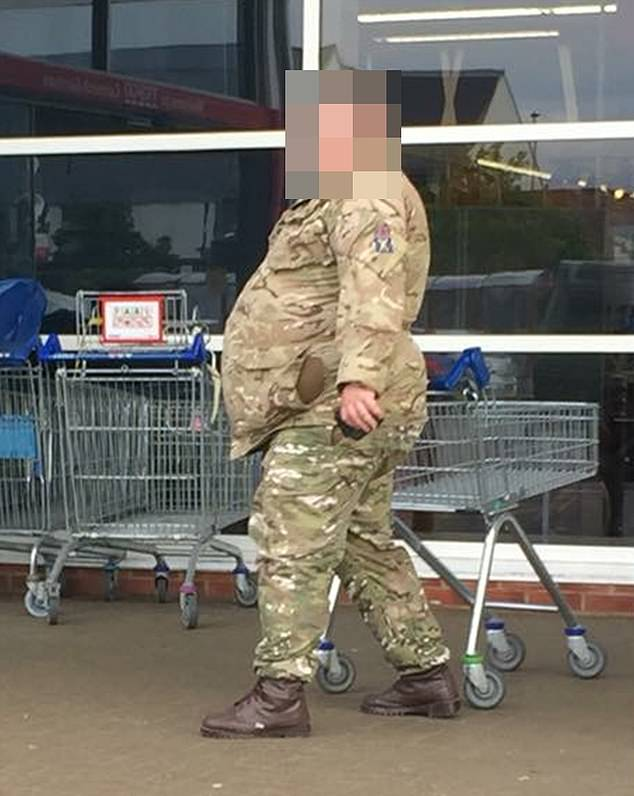 This soldier is believed to belong to the Scottish Division of the Army. Last night, Colonel Richard Kemp, a former army commander in Afghanistan, called on the Department of Defense to dismiss soldiers who can not stay in shape, even if this would lead to a reduction in the armed forces in the armed forces