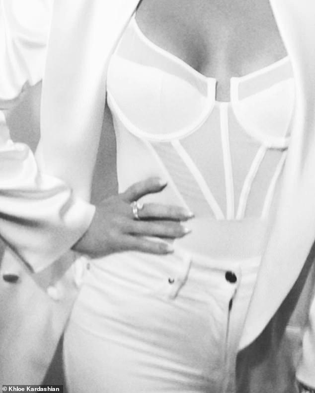 Plat comme un tableau: la star de téléréalité âgée de 34 ans a associé sa basque à une veste en satin de soie blanche et à un jean blanc moulant pour créer ce snap noir et blanc