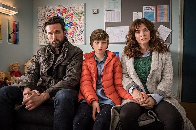 In der Show versuchen Eltern Vicky (gespielt von Anna Friel) und Stephen (Emmet J Scanlan), Max (Callum Booth-Ford), ihren 11-jährigen Sohn, der sich als Mädchen identifiziert, zu unterstützen