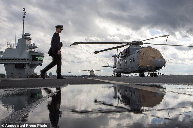 A crew member walks on the flybridge of the HMS Queen Elizabeth, Britain's largest warship, on a visit to Lower New York Bay on Saturday 20 October 2018 in New York. (AP Photo / Eduardo Munoz Alvarez)