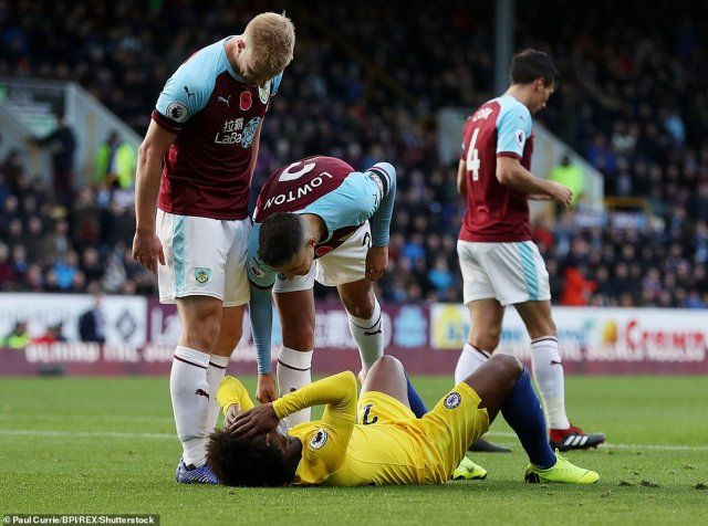 Matthew Lowton and Ben Mee complain after Willian went down inside the box and was shown a yellow card for diving