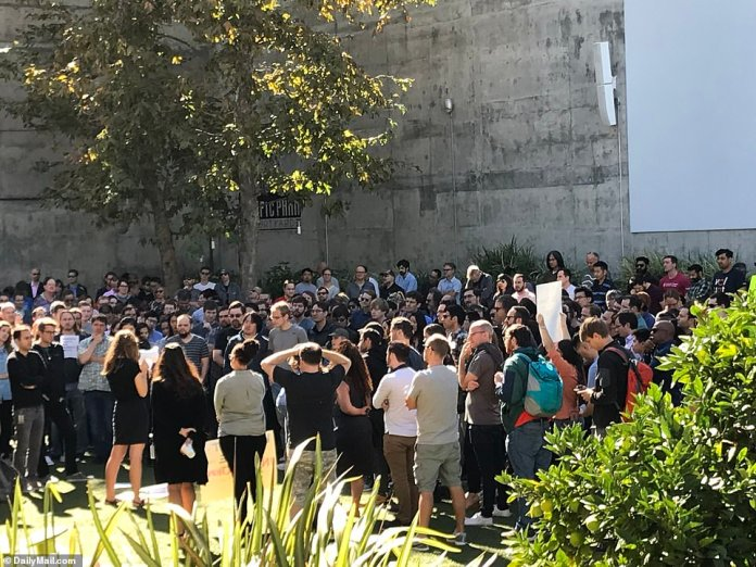 Just before noon in Los Angeles, near Google Beach, Venice Beach, about 150 people were in the raging heat, as the temperatures were warmer than in direct sunlight