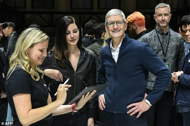 Apple scored a blockbuster profit, but saw the punishment of the shares after a disappointing forecast for the Christmas season. It is no longer reported how many iPhones it sells