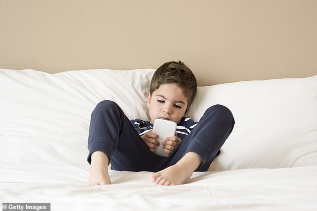 Children over the age of two suffer from anxiety and depression because they spend a lot of time on smartphones. Researchers from the US have warned, and parents and teachers should do more to reduce the duration of their online activities