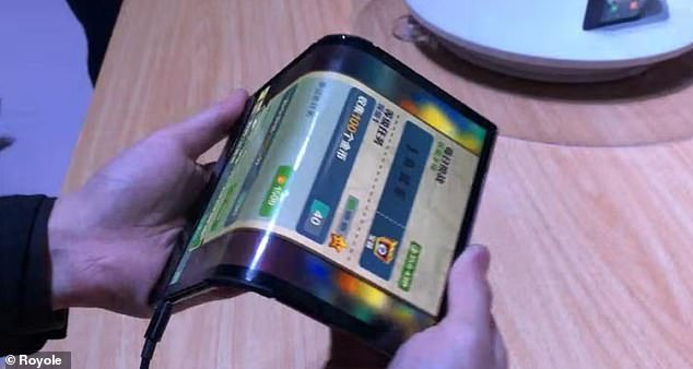 A demonstration video published by Royole shows how the phone is folded with two cameras