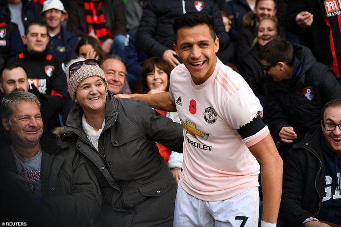 Sanchez from Manchester United is a fan of Bournemouth, who fell into the crowd at the start of the game
