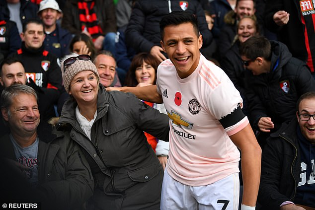 Alexis Sanchez sat on the lap of a home trailer at the beginning of the game
