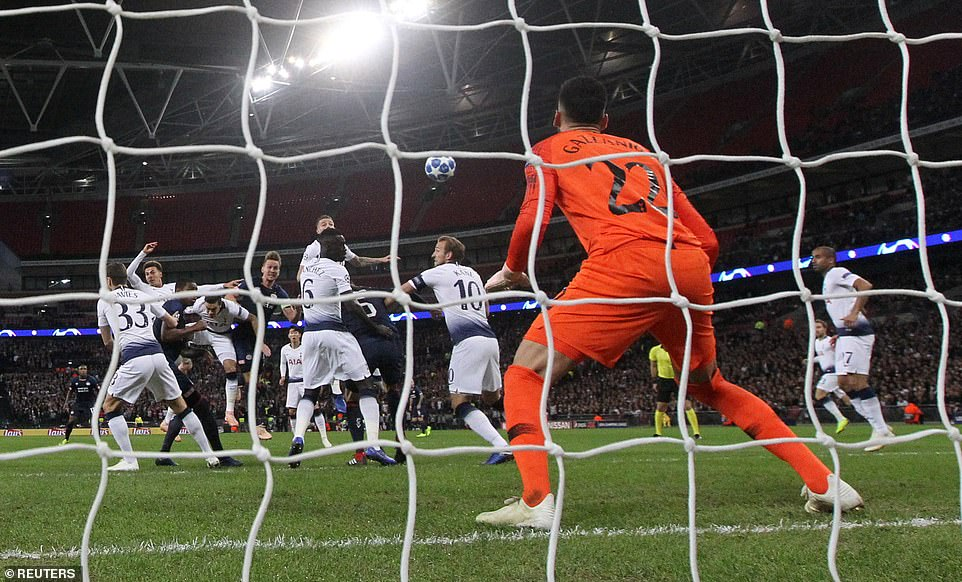 Gazzaniga had no chance and remained rooted as de Jong's goal flew past him into the net