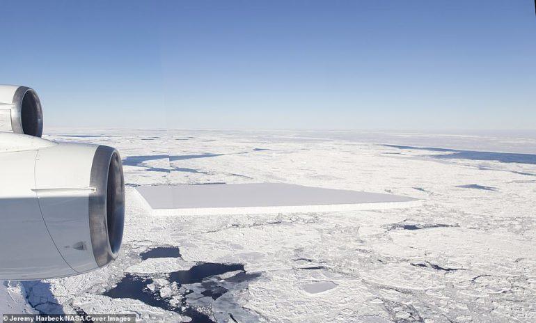 Dieses Panorama des gesamten ersten Tafeleisbergs wurde aus zwei Bildern zusammengeschnitten, die beim Vorbeiflug am Berg aufgenommen wurden
