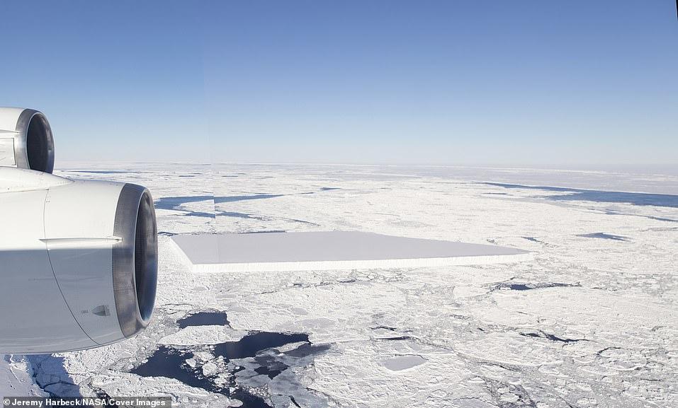 Este panorama de todo el primer iceberg tabular se editó de forma conjunta a partir de dos imágenes tomadas mientras volaban por el iceberg.