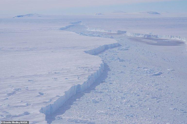 Eine Großaufnahme des Spaltes, der den Pine Island Glacier und den Eisberg B-46 trennt, wie er auf einem Operation IceBridge-Flug am 7. November 2018 zu sehen ist