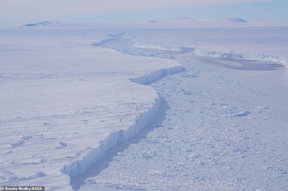 Vista en primer plano de la grieta que separa el glaciar Pine Island y el iceberg B-46, como se vio en un vuelo de la Operación IceBridge el 7 de noviembre de 2018