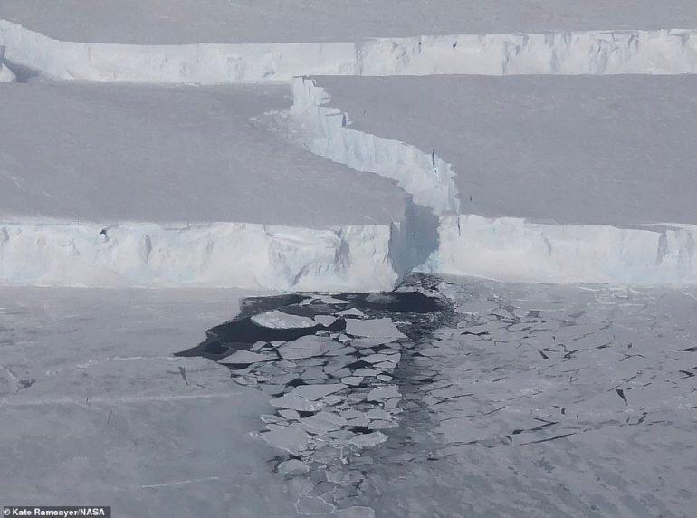 Neues Meereis bildet sich in einem Spalt, der entstand, als der B-46-Eisberg vom Pine Island-Gletscher abbrach.