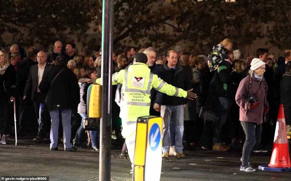 Au total, 10 000 torches ont été allumées chaque jour au cours de la semaine dans le fossé sec de la tour de Londres, en souvenir des victimes.