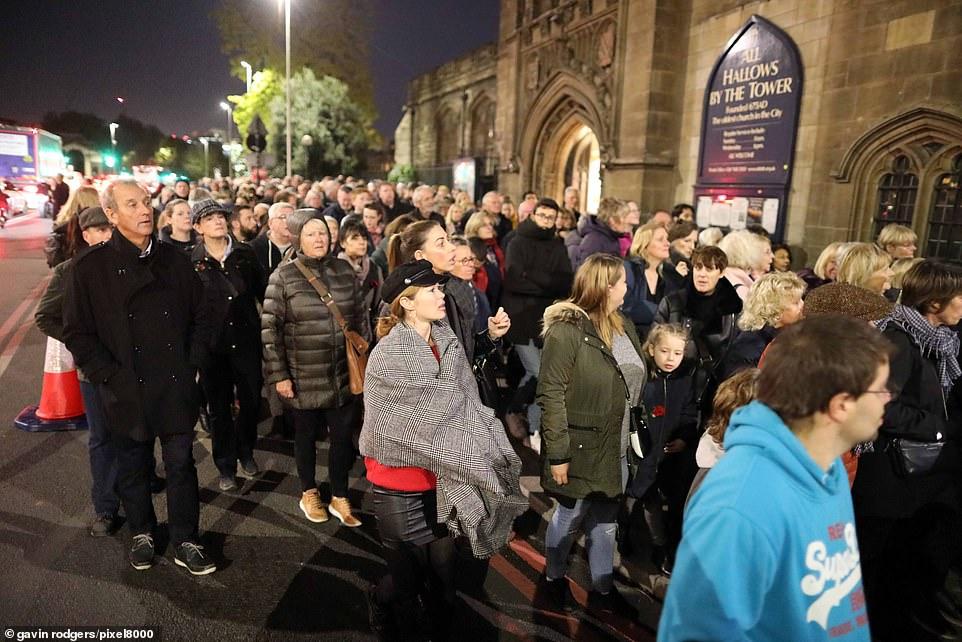 Des foules immenses alors que des dizaines de milliers de personnes se sont rassemblées pour l'une des dernières nuits de l'installation à Tower Bridge pour le dimanche du souvenir