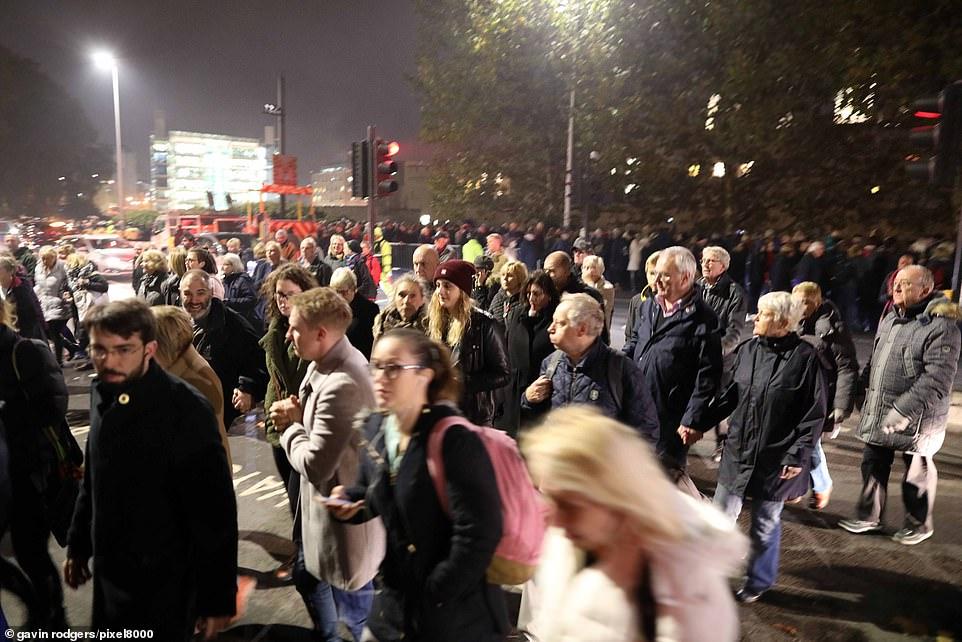 """Les habitants du vendredi soir ont causé la circulation et le chaos piétonnier. Les files d'attente s'étiraient à 50 mètres du panneau """"90 minutes d'attente"""""""