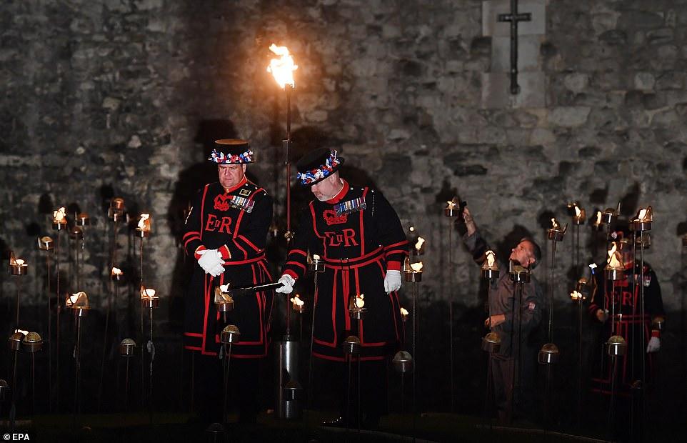 Les Yeomen Warders se préparent à allumer des milliers de flambeaux à la tour de Londres pour commémorer le centenaire du jour de l'armistice à Londres