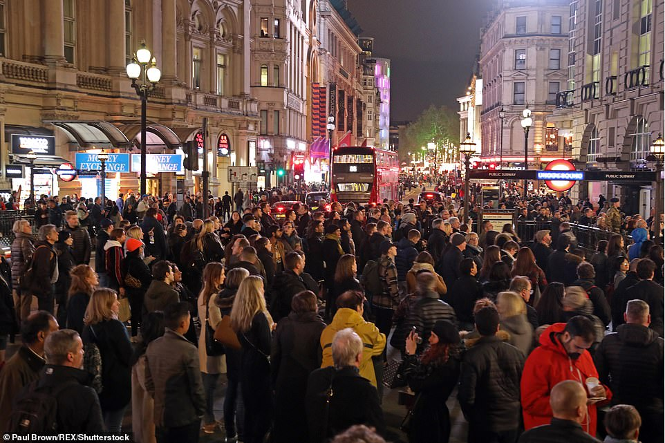 Les écrans de Piccadilly Circus ont échangé leurs publicités contre des messages d'armistice et de marcher en avant d'un silence de deux minutes observé à 19 heures en souvenir du 100e anniversaire de l'armistice.