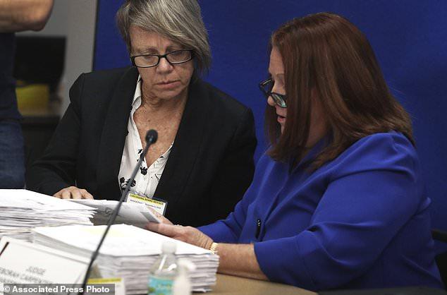 Mitglieder des Board of Directors, Richterin Betsy Benson, links, und Richterin Deborah Carpenter-Toye überblicken die Unterschriften bei Abstimmungen den Broward County Supervisor of Elections in Lauderhill, Florida, Donnerstag, 8. November 2018. (Carline Jean / South Florida Sun-Sentinel über AP)