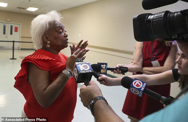 Brenda Snipes, Beauftragter für Wahlen in Broward County, beantwortet die Fragen des Reporters über eine mögliche Nachzählung der Zwischenwahlen am Donnerstag, dem 8. November 2018. (Carline Jean / South Florida Sun-Sentinel über AP)