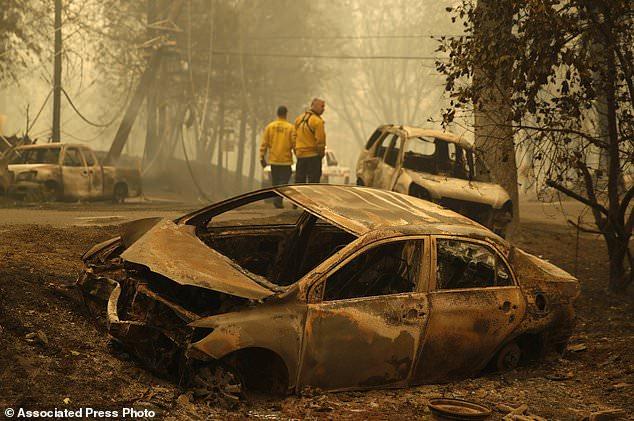Die Feuerwehrleute von Sonoma Valley inspizieren ausgebrannte Autos, um sicherzustellen, dass sich nach einem Brand durch ein Viertel am Freitag, 9. November 2018, in Paradise, Kalifornien, keine menschlichen Überreste befinden. (AP Photo / John Locher)