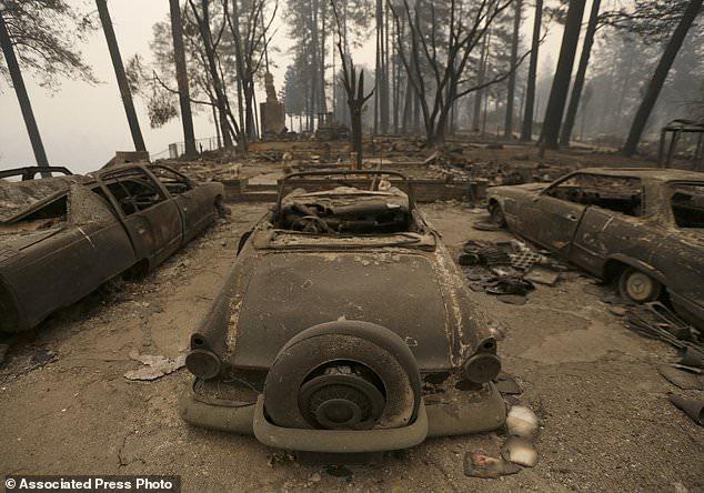 Trois voitures détruites par un feu de forêt sont dans une maison incendiée, le vendredi 9 novembre 2018 à Paradise, en Californie. Les autorités ont confirmé qu'au moins six personnes sont mortes dans l'incendie qui a dévasté plus de 30 000 hectares et détruit au moins 2 000 personnes. structures. (AP Photo / Rich Pedroncelli)