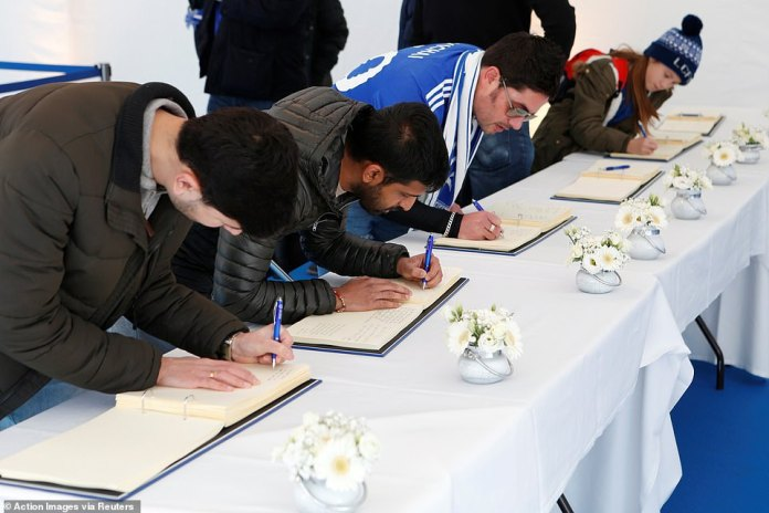 Fans patiently stood in line to sign the books and leave a personal message and their memories of Vichai