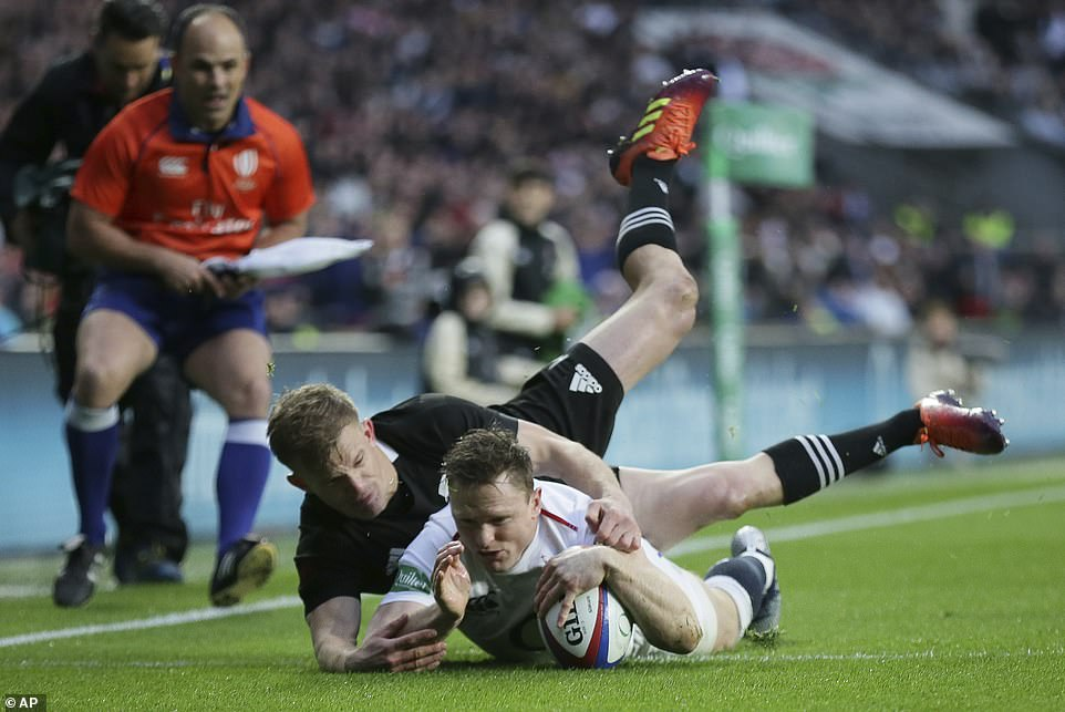 The British Chris Ashton scores the first attempt of the international autumn game against New Zealand on Saturday afternoon