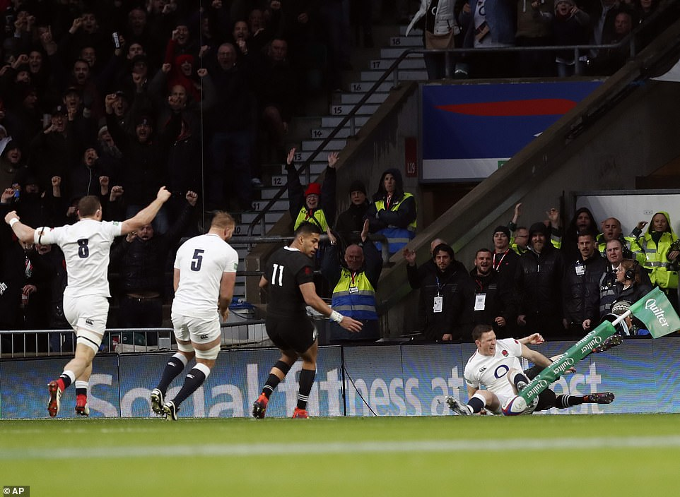 The British Mark Wilson (left), the English George Kruis (second left) celebrates while Ashton scores an attempt against New Zealand