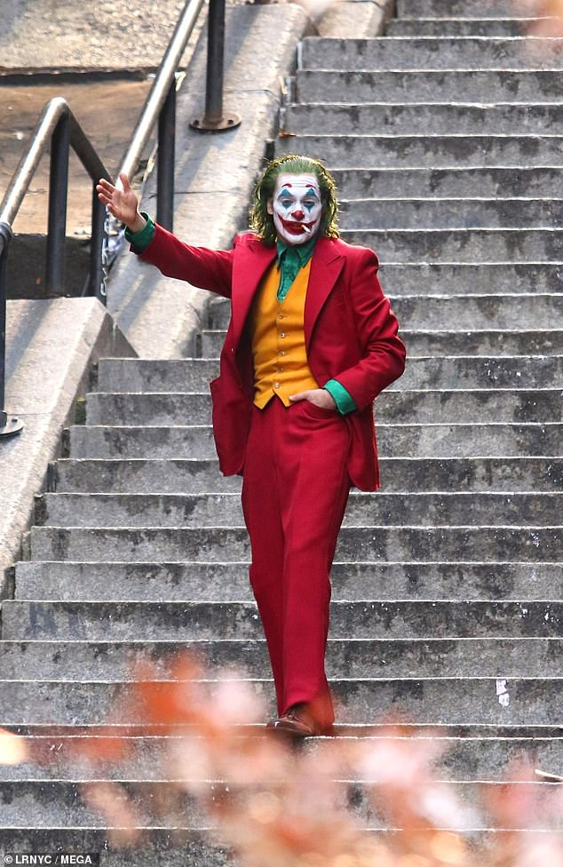 Joaquin Phoenix Offers One Final Glimpse Of The Joker On Set As Production Wraps In New York City Daily Mail Online