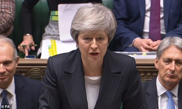 """Theresa May (hoy en la foto de la Cámara de los Comunes) hoy hizo una apasionada súplica en la Cámara de los Comunes para que las mujeres se sometan a su examen de desprestigio: a pesar de que no son agradables, podrían """"salvar su vida"""""""