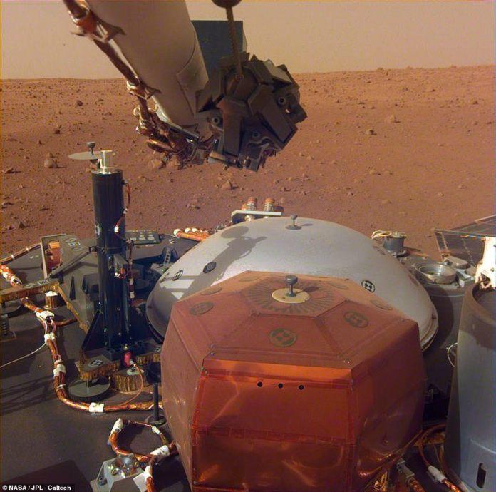 Der InSight-Lander der NASA hat die Objektivabdeckung endgültig von den Kameras entfernt, so dass der Roboter-Forscher seine bisher klarsten Bilder seines neuen Zuhauses aufnehmen kann