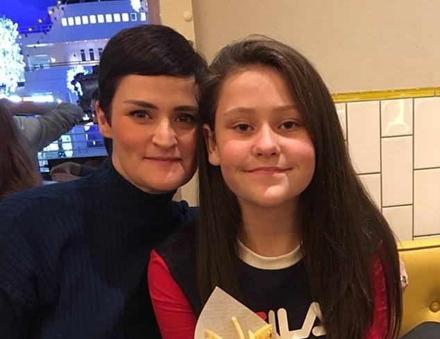 Jennie O'Grady (izquierda), de 39 años, de Glossop, Derbyshire no pudo controlar los niveles de glucosa en la sangre de su hija diabética tipo 1 Esme (derecha)