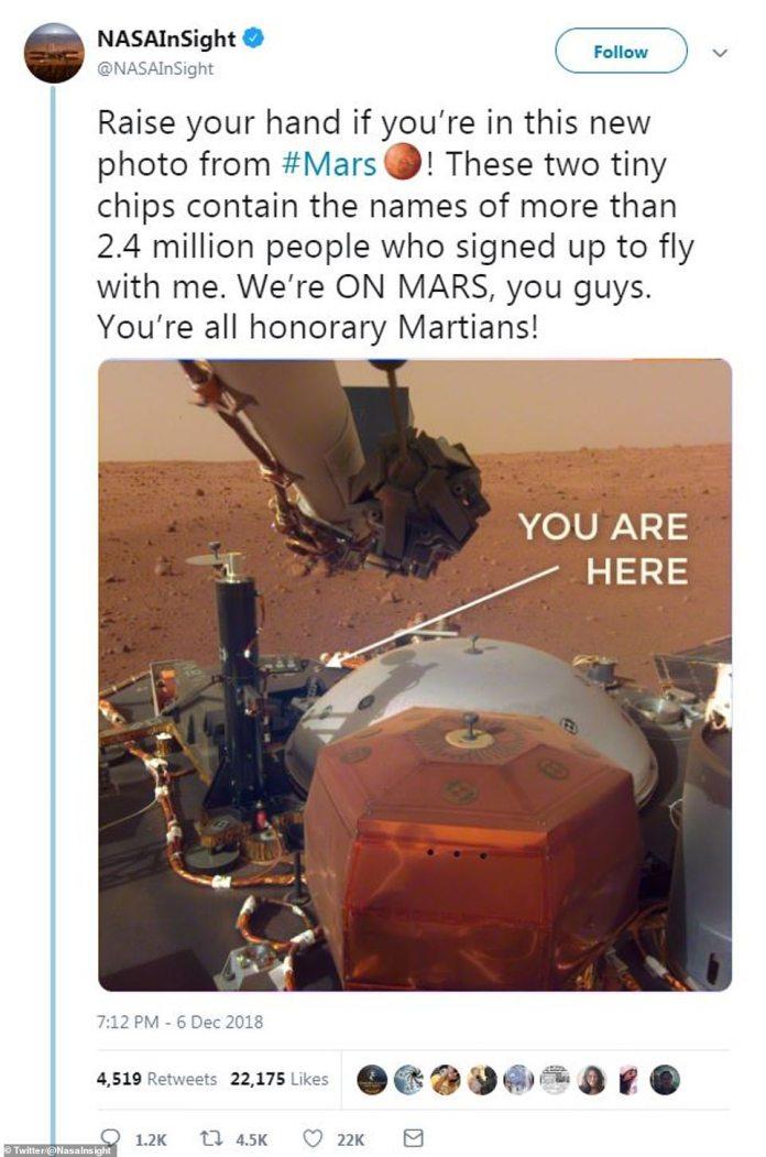 """""""Wir sind ON MARS, Jungs"""", schrieb der Twitter-Account von InSight letzte Woche. Es kennzeichnete auch das Foto auf dem Social-Media-Post, um die Position des Chips mit den Identitäten von zwei Millionen Menschen anzugeben"""