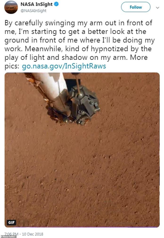 """""""Indem ich meinen Arm vorsichtig vor mir ausschwenke, sehe ich vor mir einen besseren Blick auf den Boden, wo ich meine Arbeit erledigen werde"""", schrieb der Twitter-Account von Nasa InSight"""