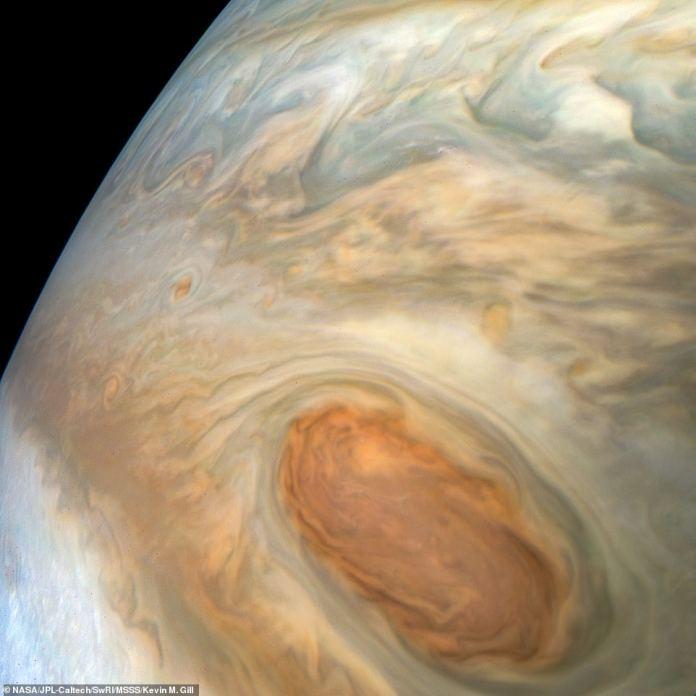 Juno befindet sich in einer hochelliptischen 53-tägigen Umlaufbahn um den Planeten und hat uns bisher einen Einblick in die faszinierenden atmosphärischen Prozesse von Jupiter verschafft. Eine detaillierte Struktur in den Wolken von Jupiters Süd-Äquatorialgürtel ist in diesem farbverstärkten Bild sichtbar