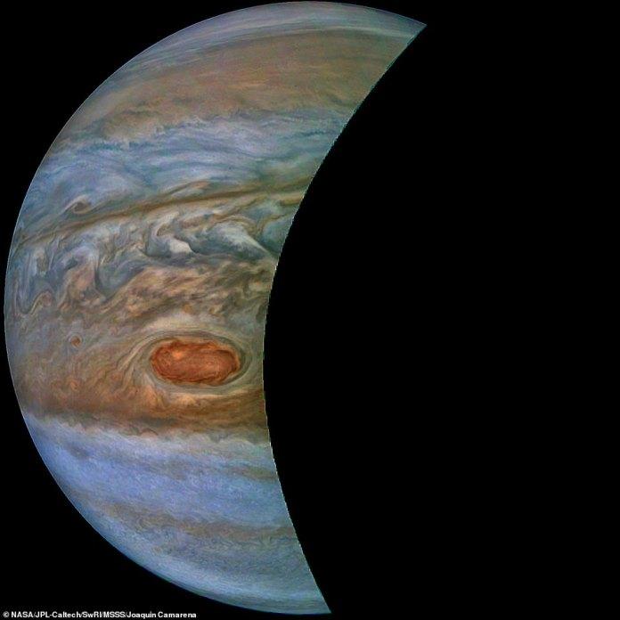 Ein brauner Lastkahn in Jupiters Süd-Äquatorialgürtel wird in diesem farbverbesserten Bild der NASA-Raumsonde Juno eingefangen. Dieses farbverstärkte Bild wurde um 10:28 Uhr aufgenommen. PDT am 15. Juli 2018