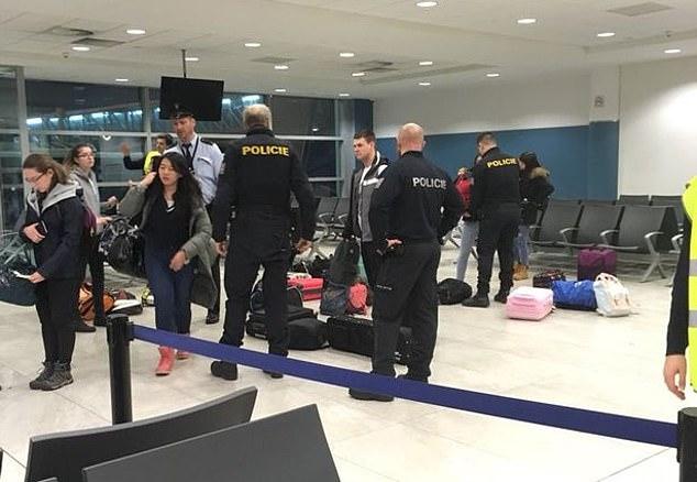 Die Passagiere wurden vier Stunden lang festgehalten und von der Polizei befragt, nachdem in einer Toilettenkabine des Flugzeugs eine Drohung festgestellt worden war